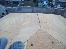 カラーベストの割れがある屋根の重ね葺き工事施工中の様子