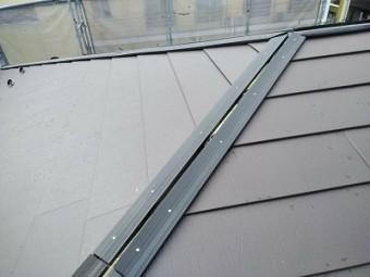 カラーベストの割れがある屋根の重ね葺き工事完工の様子