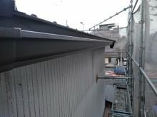 重ね葺き工事の軒樋に角樋を設置の様子