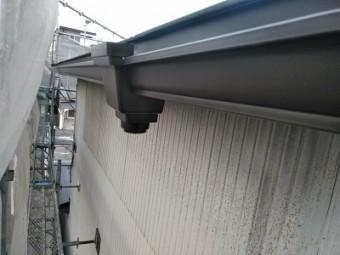 重ね葺き工事の縦樋を設置の様子