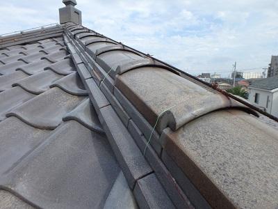 台風により破損した軒天、屋根棟漆喰の劣化の様子