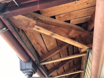 軒天、屋根棟漆喰の施工中の様子