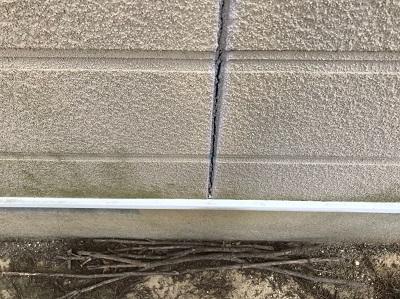 外壁 ひび割れ 苔