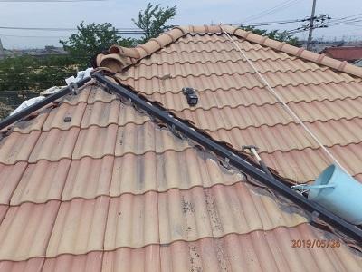 棟の修繕工事の樹脂垂木を設置した様子