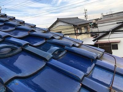 台風対策のための瓦止め工事の現地調査の様子