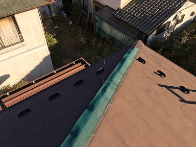 台風被害による棟包み板金の交換工事の防水シートの様子