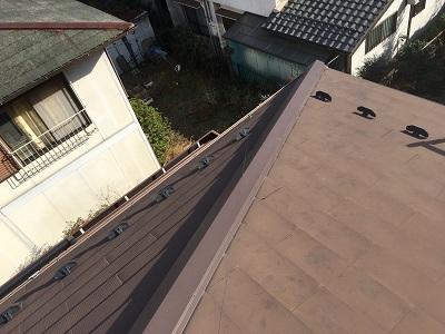 台風被害による棟包み板金の交換工事の完工の様子