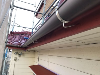 木部と庇の付帯塗装工事施工中の様子