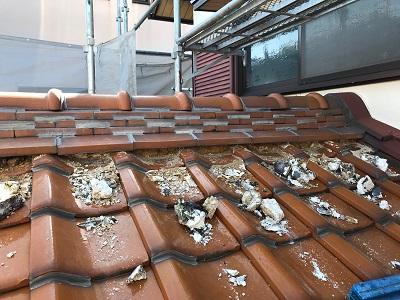 屋根の漆喰塗り直し工事の施工中の様子