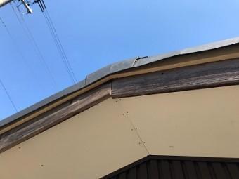 ケラバ水切り板金の補修工事施工中の様子