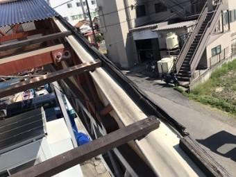 台風被害を受けた波板張り替えと下地交換工事の波板撤去後の様子
