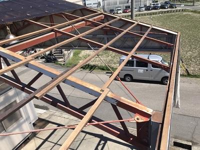 台風被害を受けた波板張り替えと下地交換工事の木下地新設後の様子