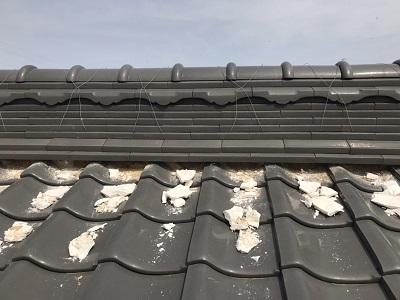 屋根の漆喰塗り替え工事の撤去の様子