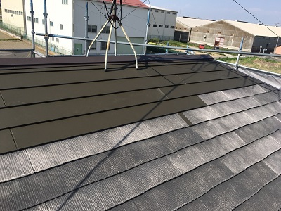 劣化した屋根のカバー工事のシーガード施工途中の様子