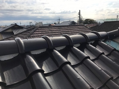 屋根棟の修繕工事の屋根診断の様子