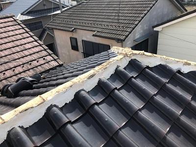 屋根棟の修繕工事の棟瓦を撤去した様子
