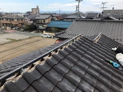 屋根棟の修繕工事の樹脂垂木を設置の様子