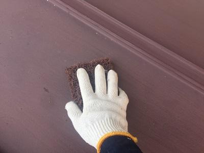 瓦棒屋根の塗装工事のケレン作業の様子