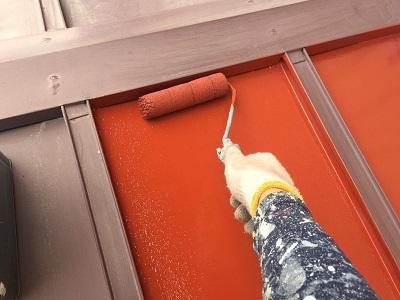 瓦棒屋根の塗装工事の下塗りの様子
