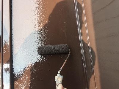瓦棒屋根の塗装工事の上塗りの様子