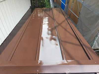 瓦棒屋根の塗装工事完工の様子