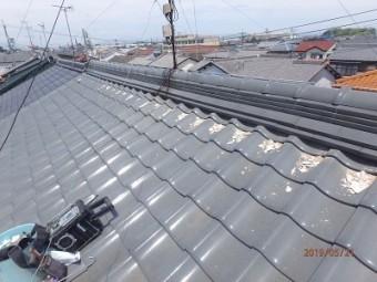漆喰の破損、瓦のズレ、雨どいの歪みのあるお宅の施工中の様子