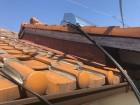 劣化した破風板の塗装工事の下準備の様子