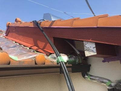 劣化した破風板の塗装工事の下塗りの様子