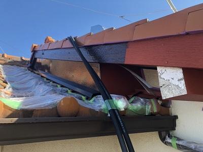 劣化した破風板の塗装工事の上塗りの様子