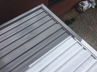 金属材の倉庫屋根の塗装工事のサビ止めの様子