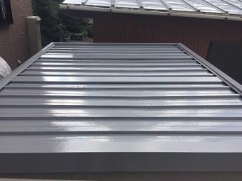 金属材の倉庫屋根の塗装工事の完工の様子