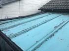 金属屋根の塗装工事の下処理の様子
