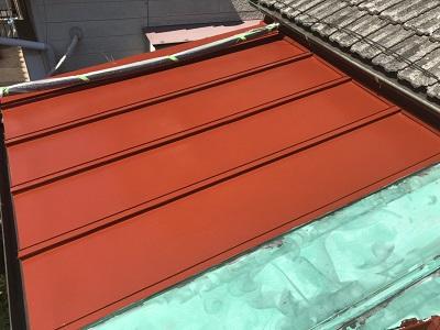 金属屋根の塗装工事のサビ止めの様子