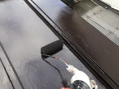 金属屋根の塗装工事の中塗りの様子