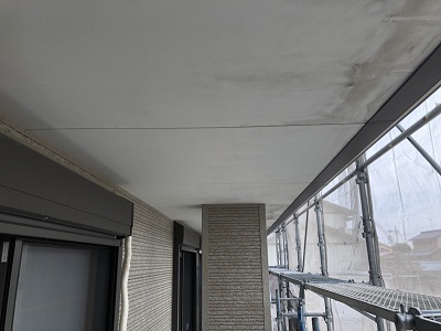 軒天塗装のケレン及び清掃の様子