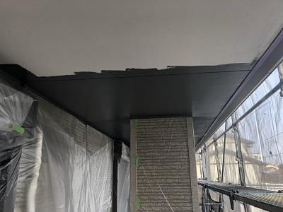 軒天塗装の施工中の様子