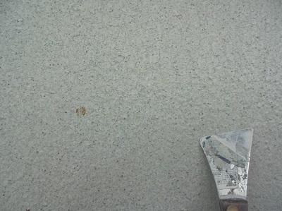 かき落とし作業中の外壁