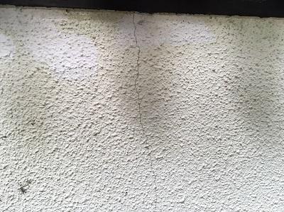 クラックのあるモルタルの外壁