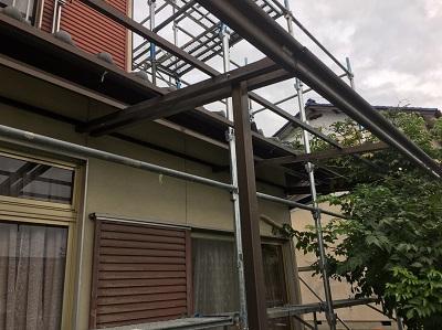 また南側(庭側)に関しては1階部分にポリカの屋根(波板)が付いていたため、その波板も撤去し足場を組みました。