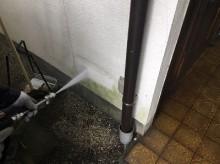 高圧洗浄中の外壁