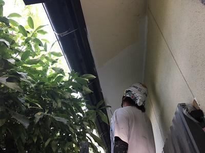 木部の下塗り作業中