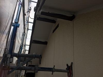 和瓦屋根の切妻型の軒裏の木部