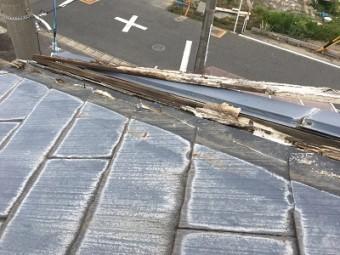 貫板交換工事前の板金が外れてしまっている様子