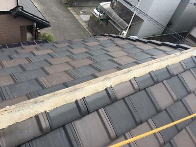 平板瓦の屋根の棟を全て外した様子