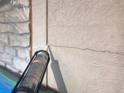 外壁塗装工事の外壁材のひび割れ補修の様子