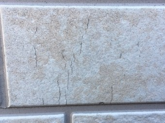 外壁のひび割れの現地調査の様子