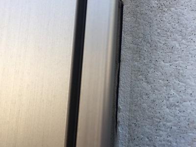 外壁のシーリング材の割れ、収縮の現地調査の様子