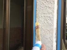 外壁の付帯物周りにシリコン材を入れる様子
