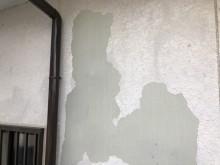 塗膜が剥がれ落ちてしまった箇所の補修の様子