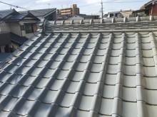 屋根の瓦をシリコンで固定した様子